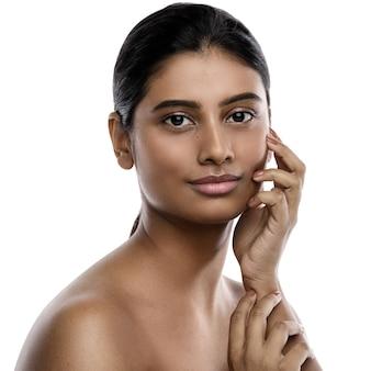 Portret van jonge en mooie indiase vrouw geïsoleerd op wit