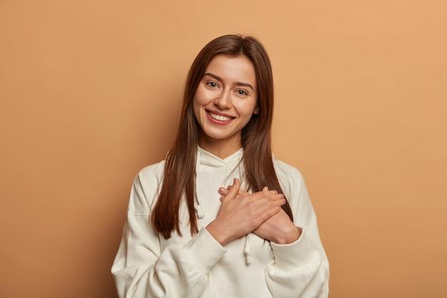 Portret van jonge en mooie vrouw gebaren
