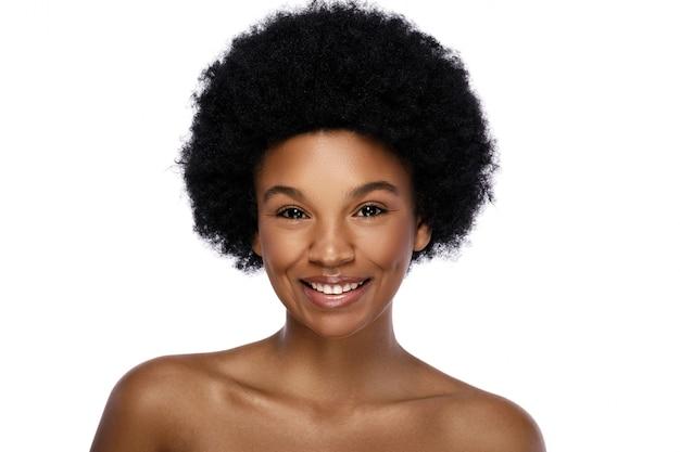 Portret van jonge en schattige afrikaanse vrouw