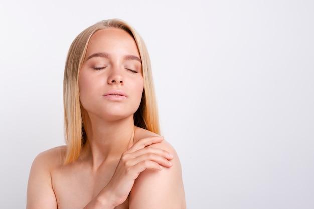 Portret van jonge ernstige vrouw met duidelijke huid