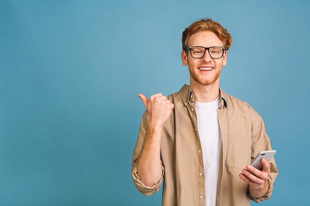 Portret van jonge gelukkig lachende man in casual sms'en typen