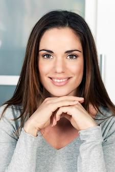 Portret van jonge gelukkig lachende vrouw