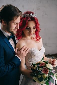 Portret van jonge gelukkig pasgetrouwden in een loft-stijl kamer, close-up