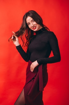 Portret van jonge gelukkige vrouw in studio