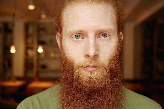 Portret van jonge gember man met baard