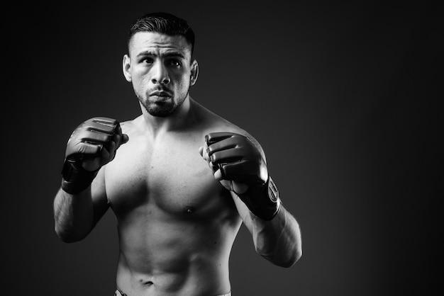 Portret van jonge gespierde spaanse man als shirtless bokser