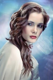 Portret van jonge glamoureuze vrouw op sprankelende achtergrond in oude hollywood-stijl
