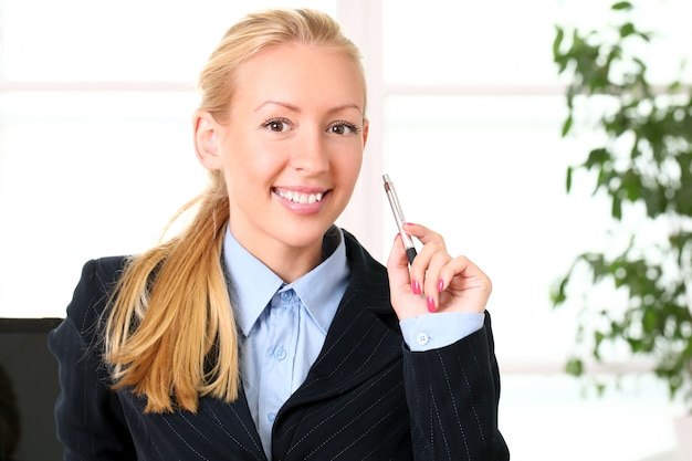 Portret van jonge glimlachende bedrijfsvrouw