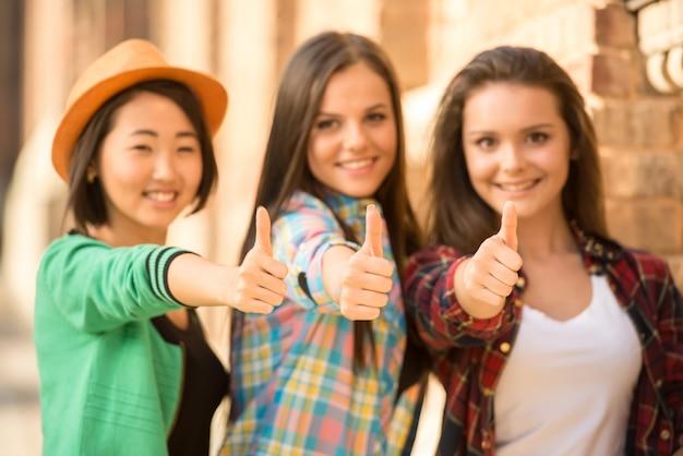 Portret van jonge glimlachende vrouwelijke studenten.