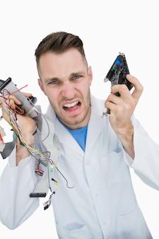 Portret van jonge het professionele schreeuwen met cpu-onderdelen in handen