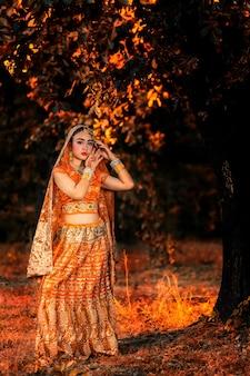 Portret van jonge indische vrouwen die met kleurengezicht holi-kleurenfestival vieren.