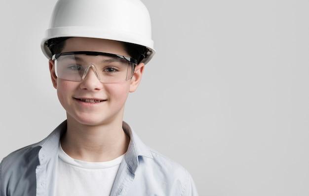 Portret van jonge ingenieur met exemplaarruimte