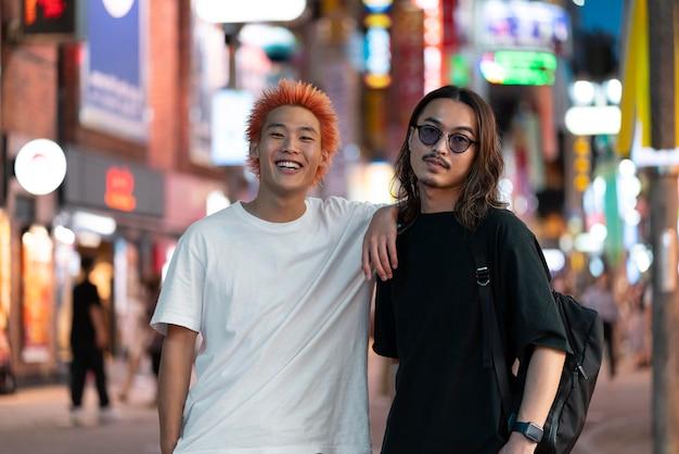 Portret van jonge japanse mannen op stedelijke locatie