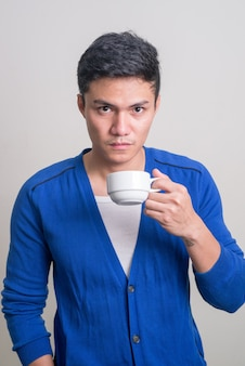Portret van jonge knappe aziatische man koffie drinken