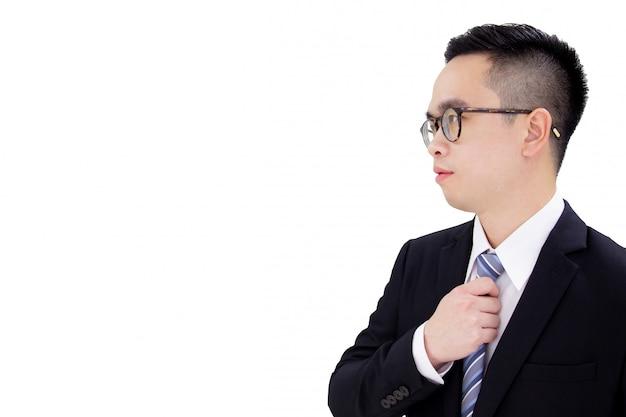 Portret van jonge knappe en slimme aziatische zakenman dichte omhooggaand met exemplaarruimte