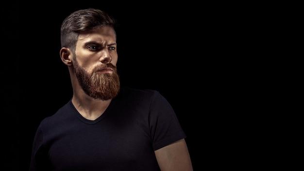 Portret van jonge knappe kaukasische bebaarde man