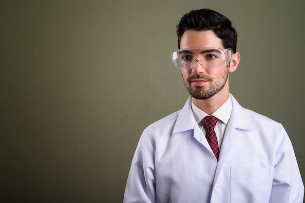 Portret van jonge knappe man arts als wetenschapper