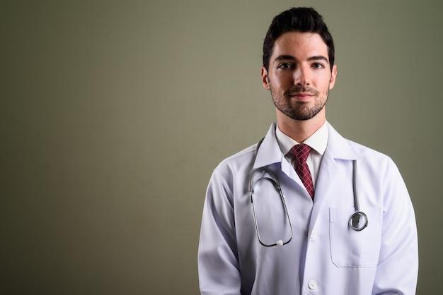 Portret van jonge knappe man arts met stoppelbaard