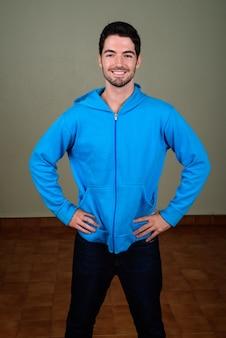 Portret van jonge knappe man klaar voor sportschool