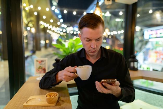 Portret van jonge knappe scandinavische zakenman ontspannen in de koffieshop