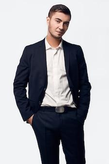 Portret van jonge knappe zakenman in pak