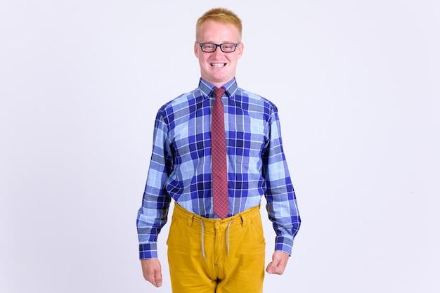 Portret van jonge knappe zakenman met blond haar op wit