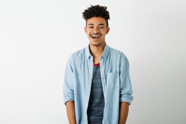 Portret van jonge knappe zwarte man op wit