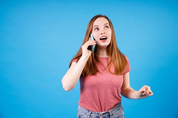 Portret van jonge lachende vrouw