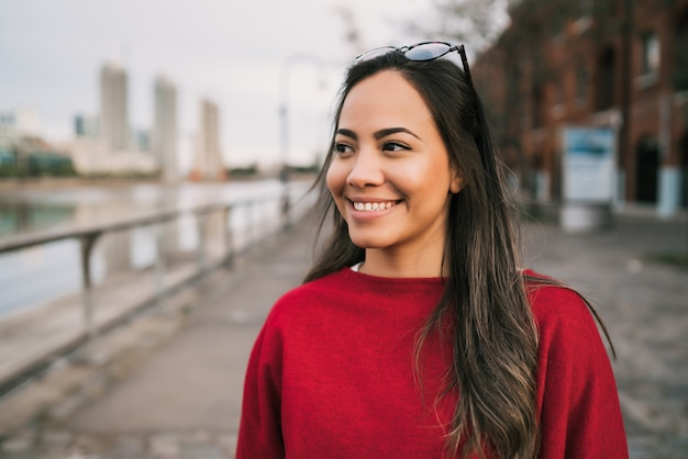 Portret van jonge latijns-vrouw.