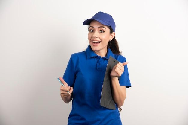 Portret van jonge leveringsvrouw met klembord. hoge kwaliteit foto