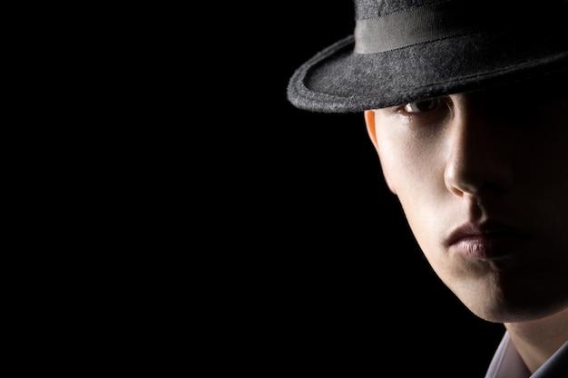 Portret van jonge man in hoed