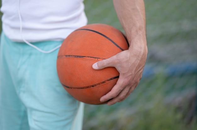 Portret van jonge man straat basket-speler