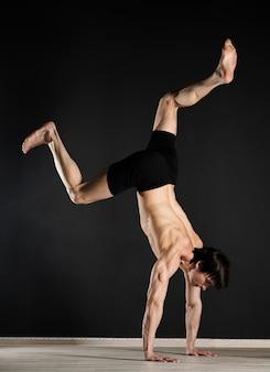 Portret van jonge mannelijke model opleiding