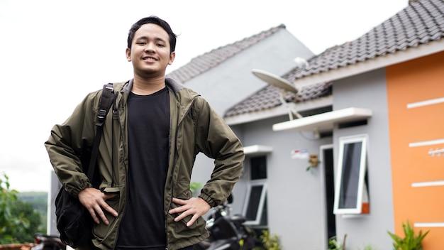 Portret van jonge mannen die voor hun nieuwe huis staan
