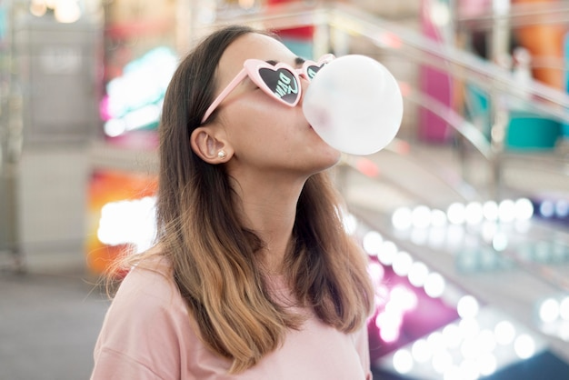 Portret van jonge meisjes blazende kauwgom