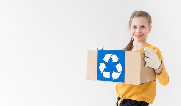 Portret van jonge meisjesholding recyclingsdoos