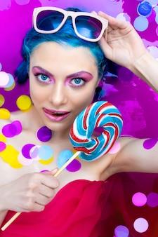 Portret van jonge mode sexy vrouw met blauwe haren ontspannen in bad.
