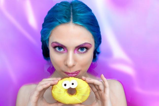 Portret van jonge mode vrouw met blauwe haren ontspannen in badkuip.