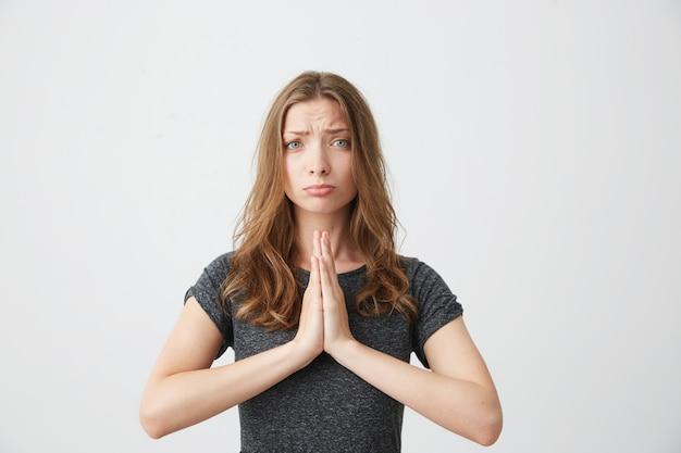 Portret van jonge mooi meisje bidden.