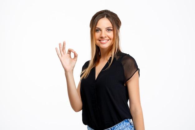 Portret van jonge mooi meisje op witte achtergrond.