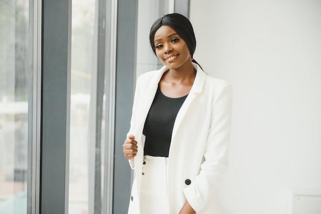 Portret van jonge mooie afro-amerikaanse zakenvrouw in office