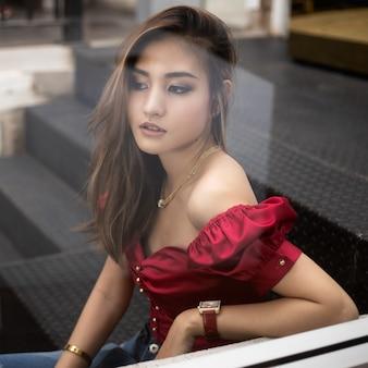 Portret van jonge mooie aziatische meisje in coffeeshop