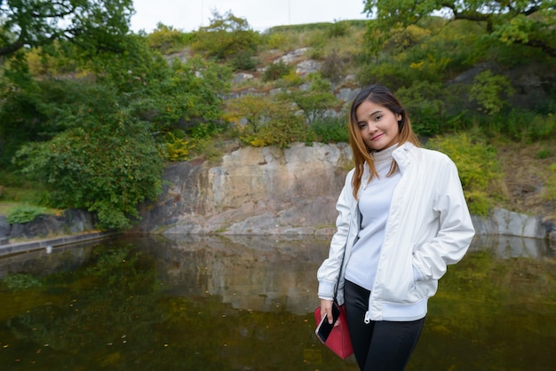 Portret van jonge mooie aziatische toeristenvrouw die rond de stad van stockholm in zweden reist