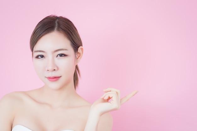 Portret van jonge mooie aziatische vrouw met perfecte huid