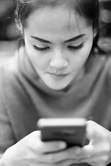 Portret van jonge mooie aziatische vrouw rond de stad