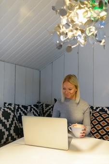 Portret van jonge mooie blonde scandinavische vrouw thuis ontspannen