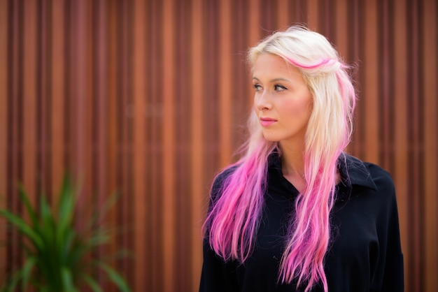 Portret van jonge mooie blonde vrouw het verkennen van de straten van de stad buitenshuis
