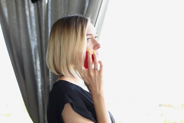 Portret van jonge mooie blonde vrouw zaken