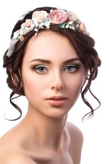 Portret van jonge mooie bruid. bruiloftskapsel en make-up.