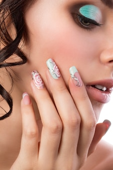 Portret van jonge mooie bruid close-up. bruiloftskapsel, make-up en nail art.